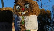 Гигантские соломенные композиции украсили дорогу на праздник