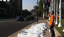 Участники лондонской акции за отмену смертной казни в Беларуси легли на тротуар Трафальгарской площади