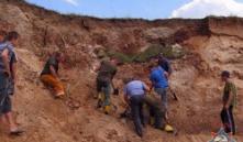 В Глубокском районе двоих детей засыпало песком в карьере