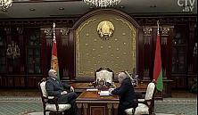 Александр Лукашенко запретил повышать зарплаты бюджетникам