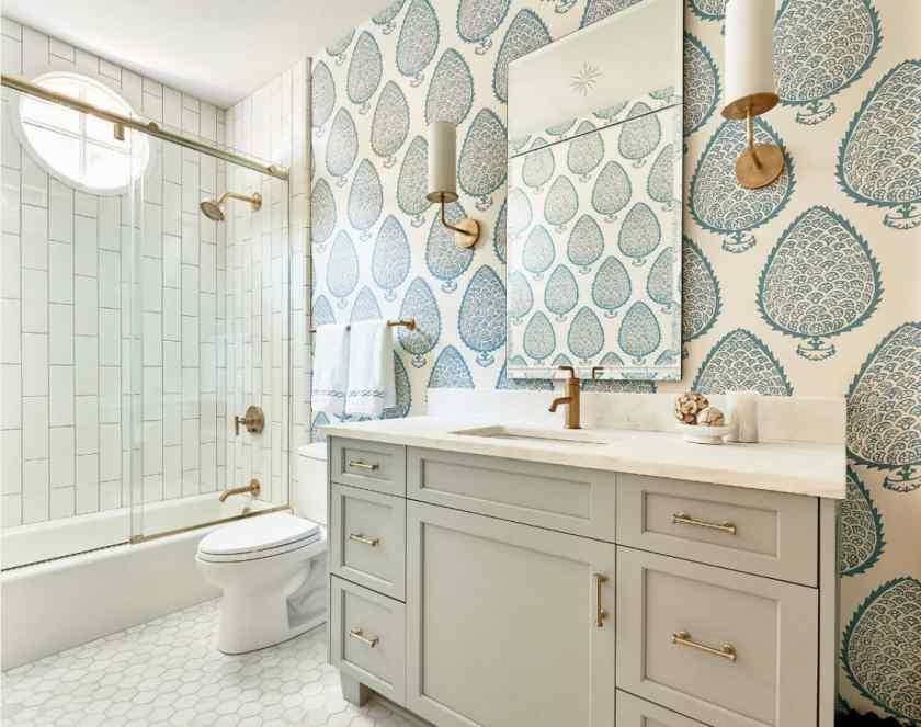 Дизайн ванной комнаты с обоями