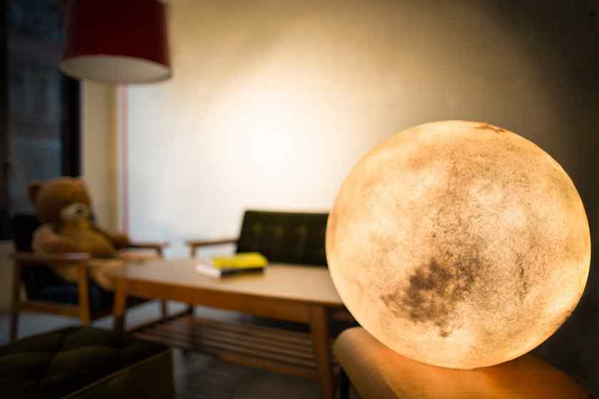 Как украсить комнату самодельными светильниками?