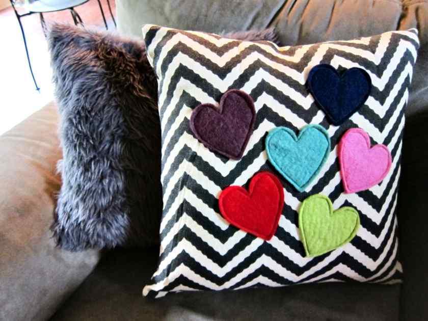 Как украсить дом подушками?