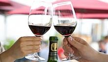 Британские риэлтеры заманивают покупателей вином и пирогами