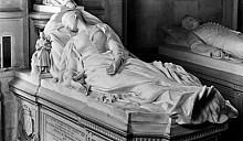 Вдова решила поселиться в склепе покойного мужа