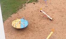 Желто-голубые цвета на детской площадке – акция в поддержку Украины или просто облагораживание территории?