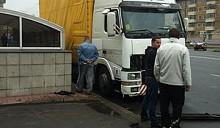 В ДТП из-за затопленного подземного перехода грузовик сбил четырех человек
