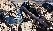 В Бресте сильный ветер обрушил кирпичную стену на десятки автомобилей
