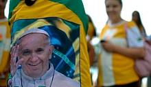 О Папах: Иоанн Павел II признан святым, Франциск уезжает в протестующую Бразилию