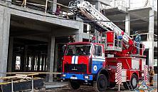 В Минске рабочий упал на бетонное перекрытие со строительных лесов
